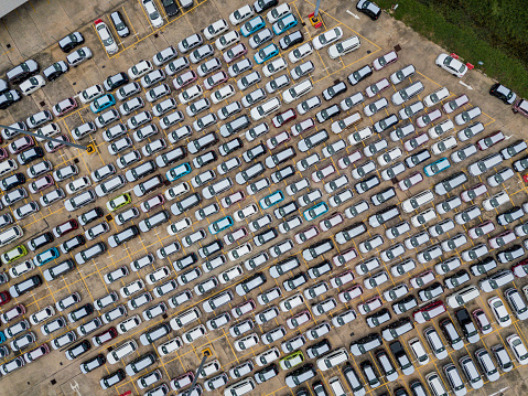 Top view of many new car lined up in row waiting send to dealer outside an automobile factory and waiting for export to other country. - gettyimageskorea