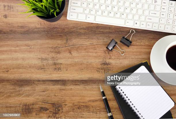 top view of office desk - tafel stockfoto's en -beelden