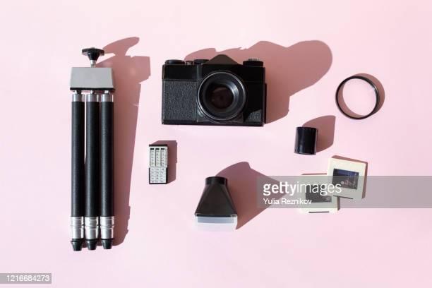top view of retro analog photo equipment on pink background - côte à côte photos et images de collection