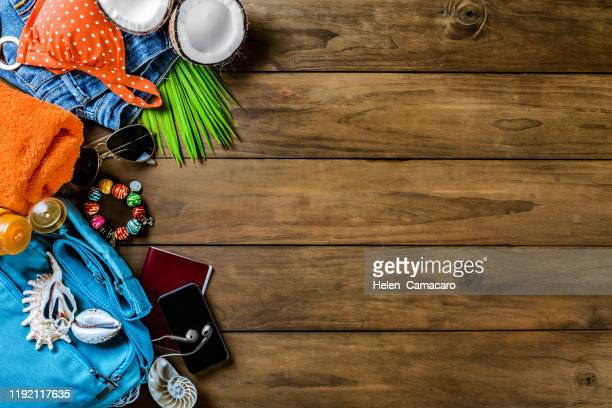 top view of summer beach accessories on rustic wooden table - símbolo conceitual - fotografias e filmes do acervo