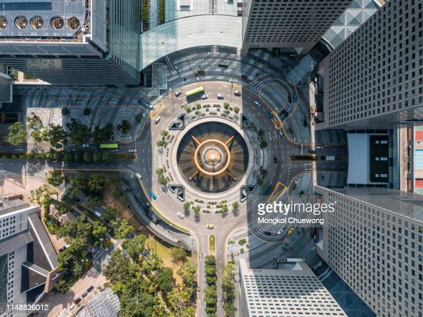 top view of the fountain of wealth as the largest fountain in the world at singapore. it is located in one of singapore largest shopping malls. - vista cenital fotografías e imágenes de stock
