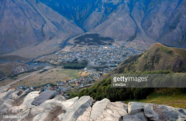 top view of the village in the valley of the caucasus mountains - コーカサス山脈 ストックフォトと画像