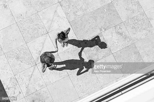 Vista superior de dos niñas adolescente hablando por el sol