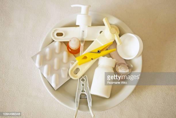 top view of white plate with plastic items - plastic plate - fotografias e filmes do acervo