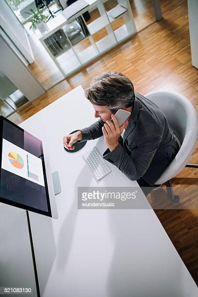 トップビューショット成熟したビジネスの男のコンピューター