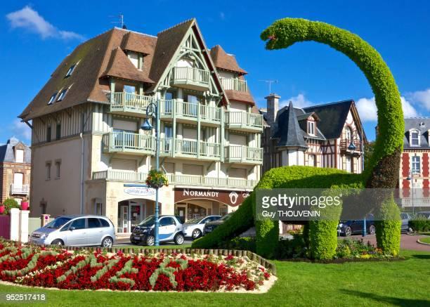Topiaire représentant un dinosaure sur la place principale Villers sur Mer France