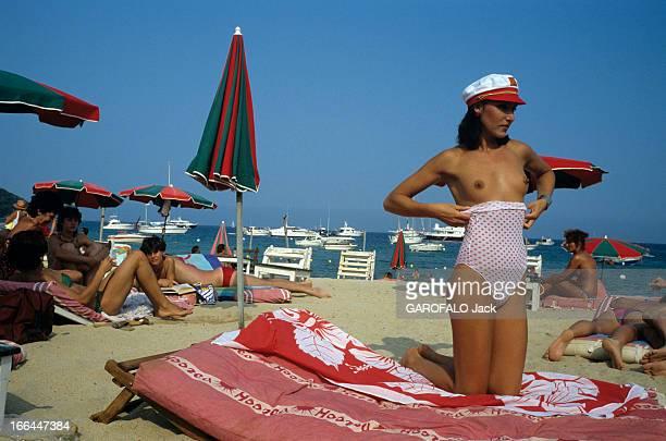 Topless Fashion In SaintTropez En France à SaintTropez en juillet 1983 la mode vestimentaire sur la plage Muriel MONSORT étudiante et mannequin...