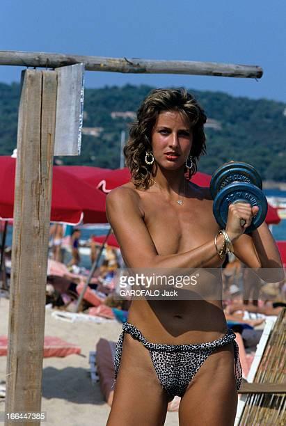 Topless Fashion In SaintTropez En France à SaintTropez en juillet 1983 la mode vestimentaire sur la plage une femme les seins nus portant une altère