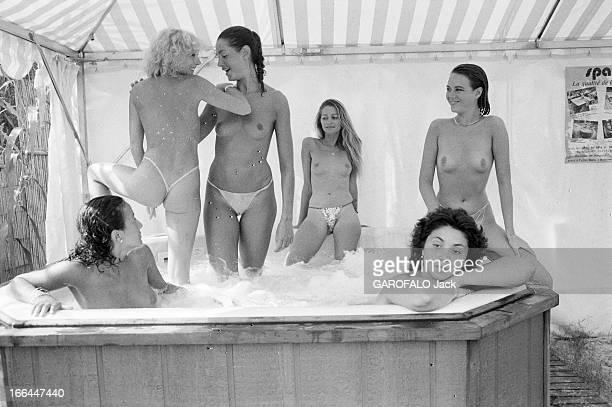 Topless Fashion In SaintTropez En France à SaintTropez en juillet 1983 la mode vestimentaire sur la plage Dans un jacuzzi six jeunes femmes en...