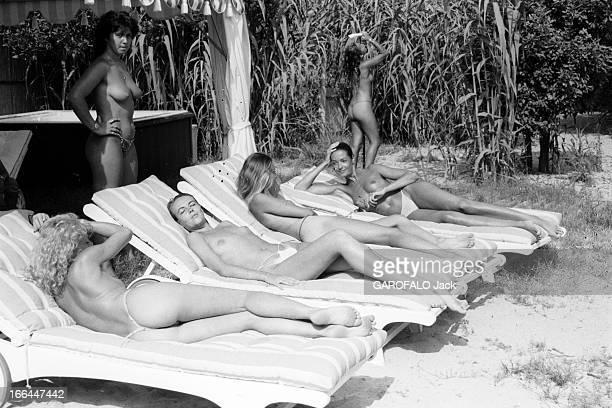 Topless Fashion In SaintTropez En France à SaintTropez en juillet 1983 la mode vestimentaire sur la plage Quatre jeunes femmes en maillot de bain...