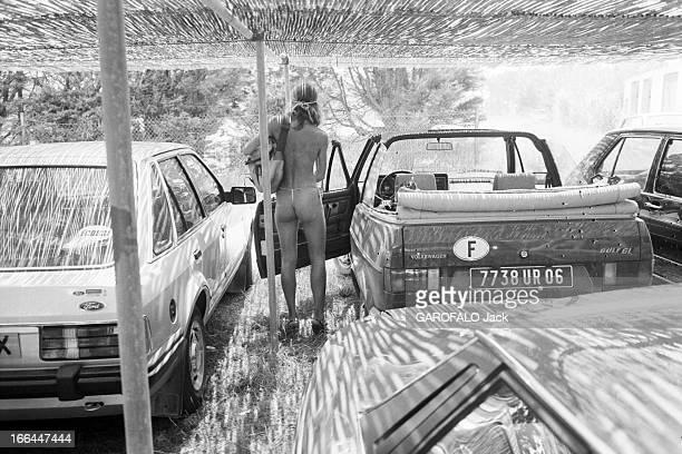 Topless Fashion In SaintTropez En France à SaintTropez en juillet 1983 la mode vestimentaire sur la plageSur le parking de la plage de Pampelonne...
