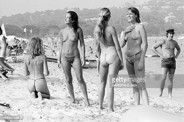 Topless Fashion In SaintTropez En France à SaintTropez en juillet 1983 la mode vestimentaire sur la plage quatre jeune femmes en string seins nus sur...