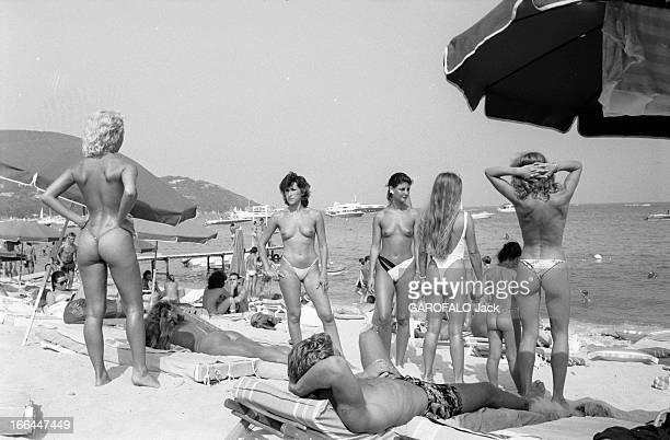 Topless Fashion In SaintTropez En France à SaintTropez en juillet 1983 la mode vestimentaire sur la plage Un groupe de jeunes femmes en string et...