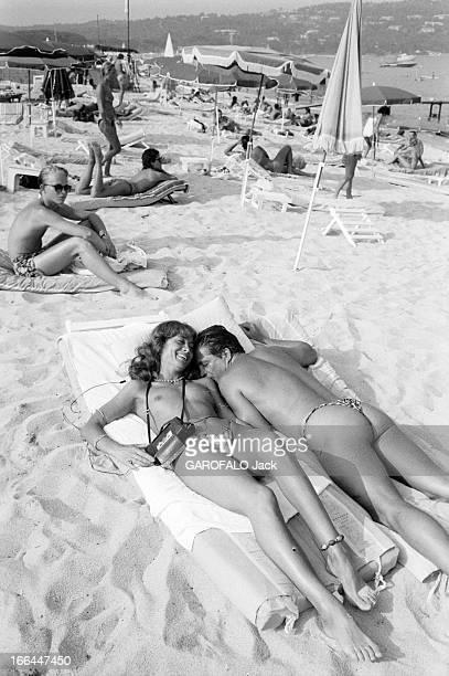 Topless Fashion In SaintTropez En France à SaintTropez en juillet 1983 la mode vestimentaire sur la plage Paul COMASELLI patron de la 'Voile Rouge'...