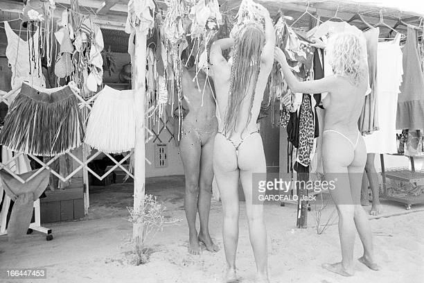 Topless Fashion In SaintTropez En France à SaintTropez en juillet 1983 la mode vestimentaire sur la plage des jeunes femmes en maillot de bain string...