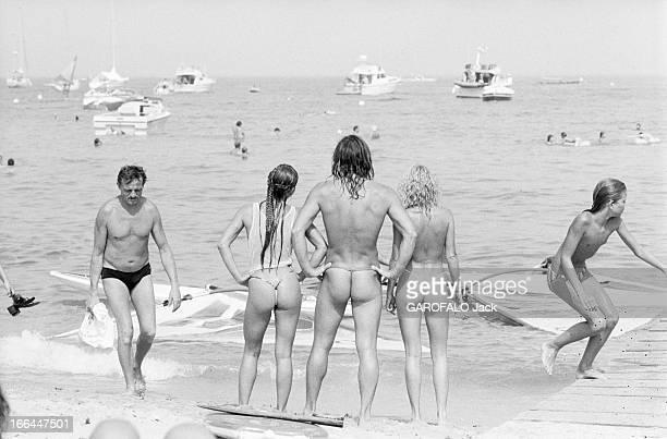 Topless Fashion In SaintTropez En France à SaintTropez en juillet 1983 la mode vestimentaire sur la plage sur le bord de la mer de dos un homme...
