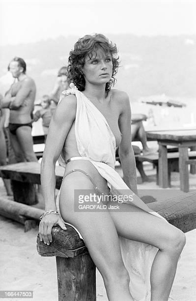 Topless Fashion In SaintTropez En France à SaintTropez en juillet 1983 la mode vestimentaire sur la plage une jeuen femme portant un string sous une...