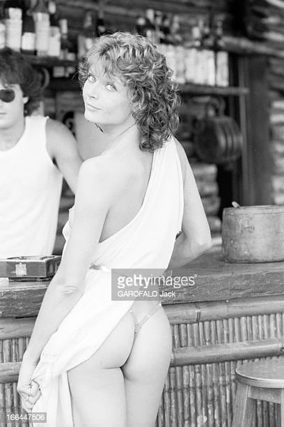 Topless Fashion In SaintTropez En France à SaintTropez en juillet 1983 la mode vestimentaire sur la plage une jeune femme de dos portant un string...