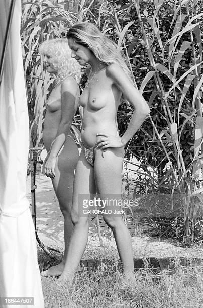 Topless Fashion In SaintTropez En France à SaintTropez en juillet 1983 la mode vestimentaire sur la plage deux jeunes femmes seins nus portant un...