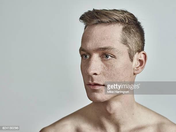 topless, freckled european male - sin camisa fotografías e imágenes de stock