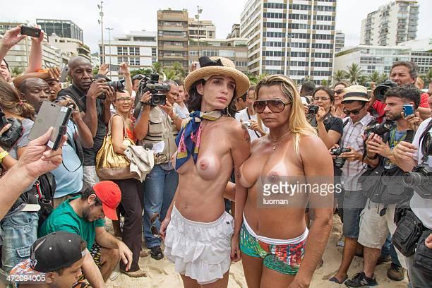 topless en la playa de ipanema - pechos de mujer playa fotografías e imágenes de stock