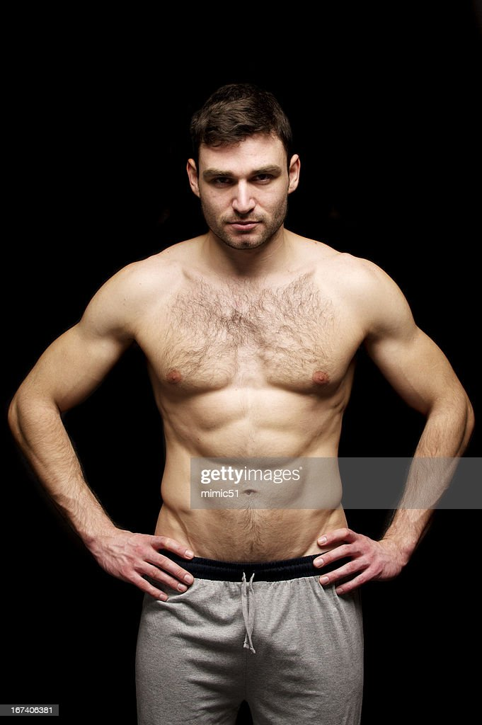 Topless Mann Stand isoliert auf einem schwarzen Hintergrund. : Stock-Foto