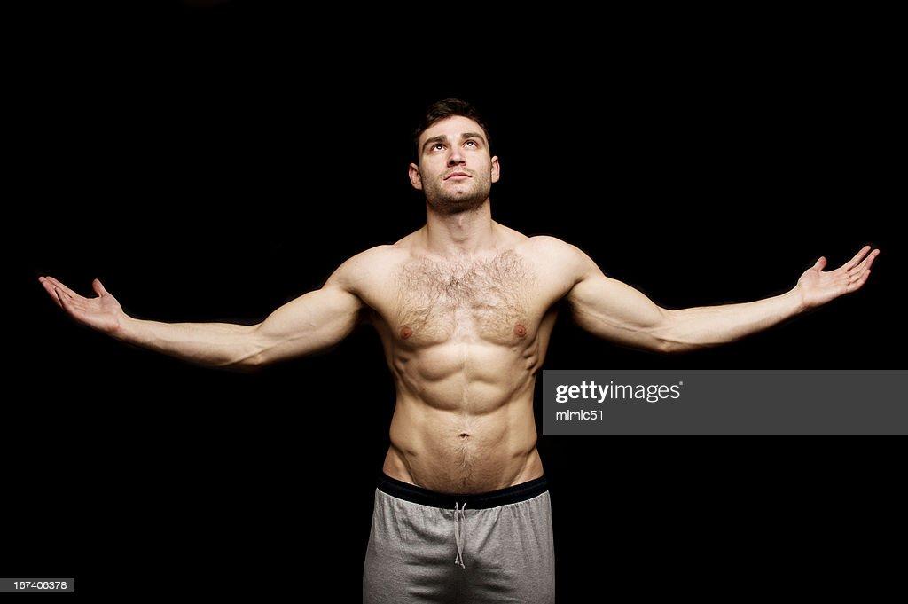 における上半身裸の男、彼の腕を広げるた : ストックフォト