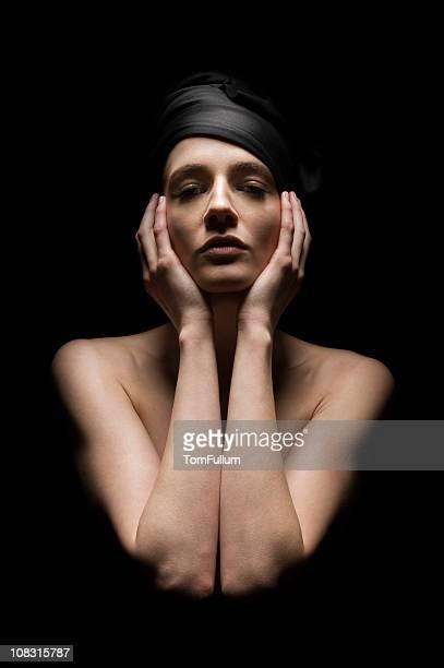 Topless Frau mit schwarzen Kopftuch