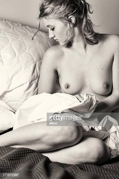 Topless Frau mit Tattoo auf dem Zimmer
