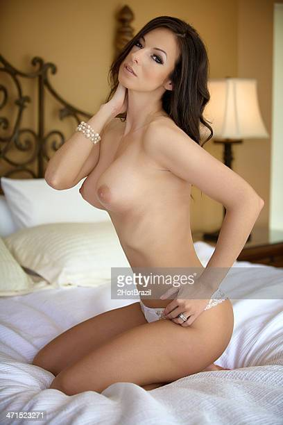 topless jeune femme sur un lit - poitrine photos et images de collection