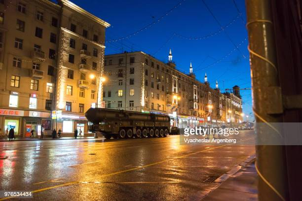rt-2pm2 topol-m nuclear warhead strategic intercontinental space ballistic missile mobile launchers on the streets of moscow, russia - argenberg fotografías e imágenes de stock
