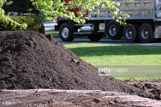 Terre arable livraison Camion à benne basculante pour un cadre résidentiel