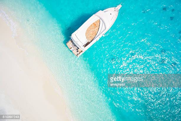 topview yacht dans le lagon tropical