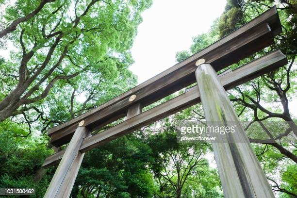 東京都の明治神宮の鳥居 - 日本の神社 ストックフォトと画像