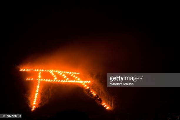 torii gate shaped bonfire of gozan no okuribi - 大文字 ストックフォトと画像