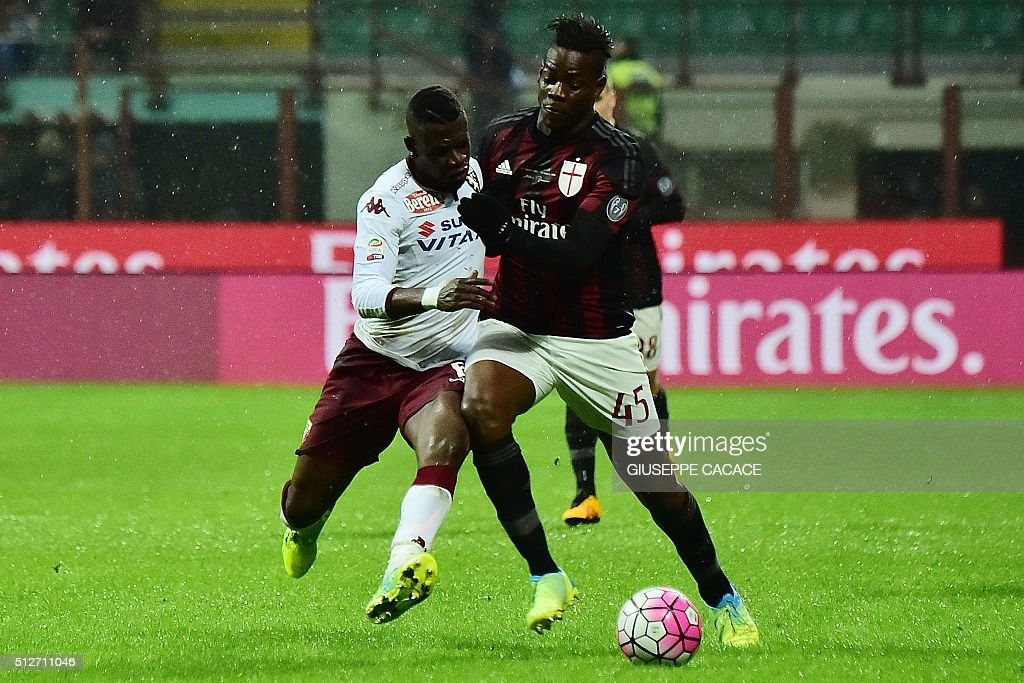 Torino's Ghanaian midfielder Afriyie Acquah (L) challenges AC Milan's Italian forward Mario Balotelli during the Italian Serie A football match between AC Milan and Torino at the San Siro Stadium in Milan on February 27, 2016. / AFP / GIUSEPPE