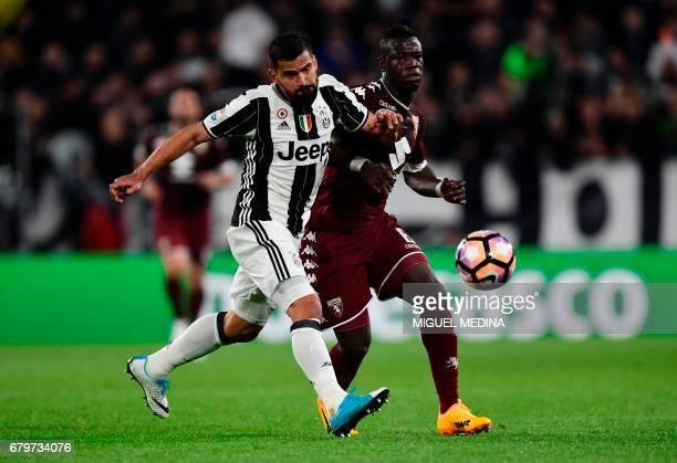 Torino's midfielder from Ghana Afriyie Acquah vies with Juventus' Venezuelian midfielder Tomás Rincon during the Italian Serie A football match...