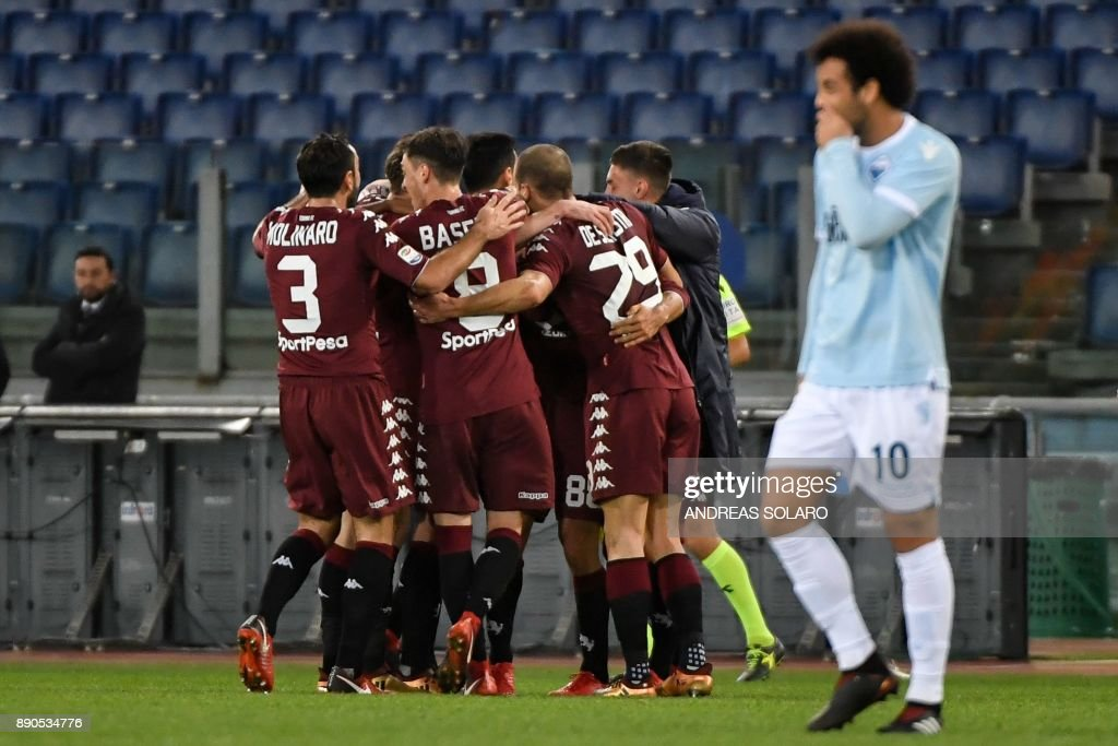 Torino's Venezuelan midfielder Tomas Rincon celebrates with teammates after scoring a goal during the Italian Serie A football match Lazio versus Torino on December 11, 2017 at the Olympic Stadium in Rome. / AFP PHOTO / Andreas SOLARO