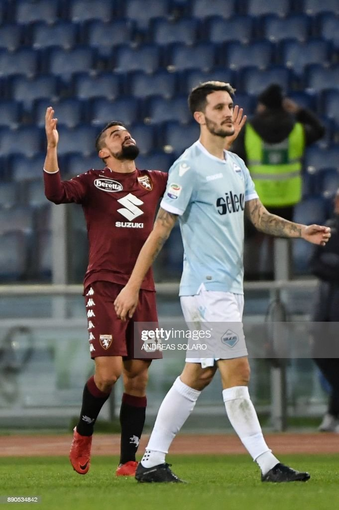 Torino's Venezuelan midfielder Tomas Rincon (L) celebrates with teammates after scoring a goal during the Italian Serie A football match Lazio versus Torino on December 11, 2017 at the Olympic Stadium in Rome. / AFP PHOTO / Andreas SOLARO