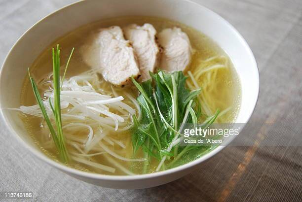 tori-soba - chicken soup stockfoto's en -beelden