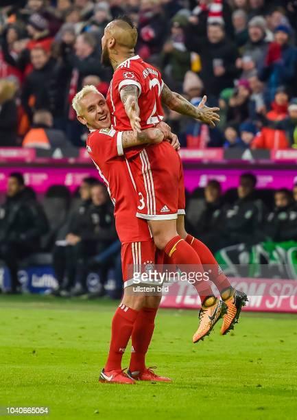 Torjubel bei Arturo Vidal und Rafinha nach seinem Tor zum 1:0 waehrend dem Fussball Bundesliga Spiel FC Bayern Muenchen gegen Hannover 96 am 14....