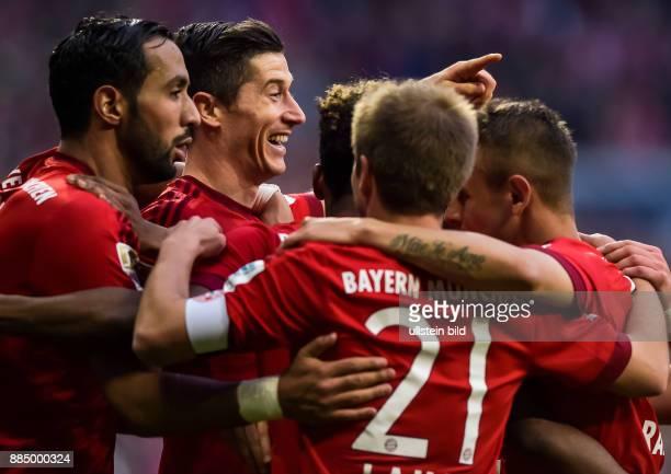 Torjubel bei Robert Lewandowski nach seinem Tor zum 1:0 waehrend dem Fussball Bundesliga Spiel FC Bayern Muenchen gegen Schalke 04 am 30. Spieltag...