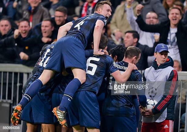 Torjubel bein den Spielern von Manchester United nach dem Treffer durch Patrice Evra waehrend dem Viertelfinal Rueckspiel zur UEFA Champions League...