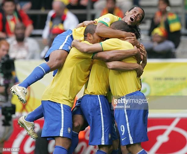 Torjubel der Brasilianer nach dem 1:0 in der 5. Spielminute durch RONALDO ; oben RONALDINHO, links ADRIANO.