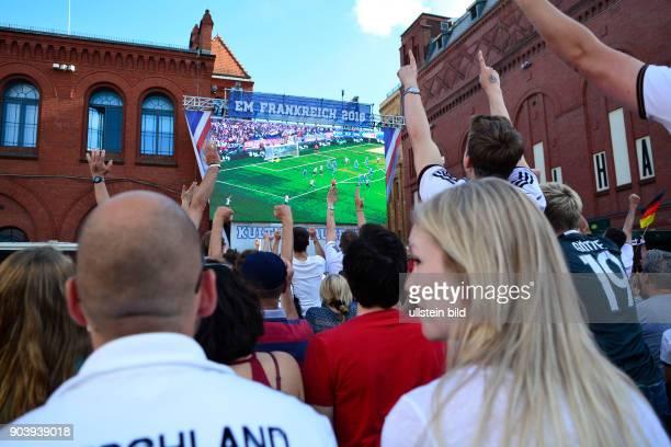 Torjubel - Fußballfans verfolgen das Spiel Deutschland - Slowakei anlässlich der Fußball-Europameisterschaft 2016 auf dem Hof der Kulturbrauerei in...