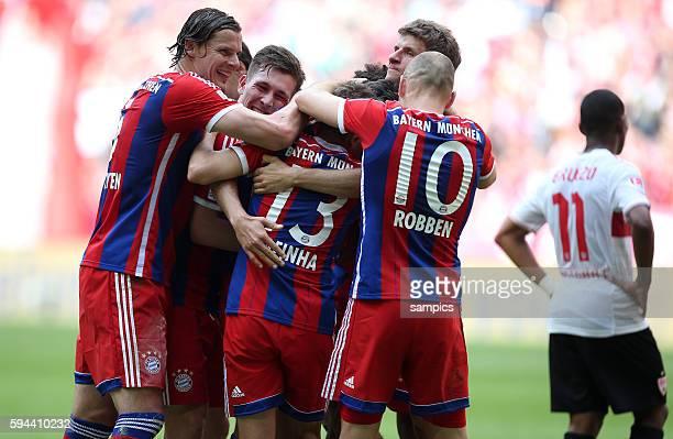 Bayernspieler bejubeln den Torschützen Claudio Pizarro FC Bayern München feiert die 24 deutsche Meisterschaft Fussball Bundesliga FC Bayern München...