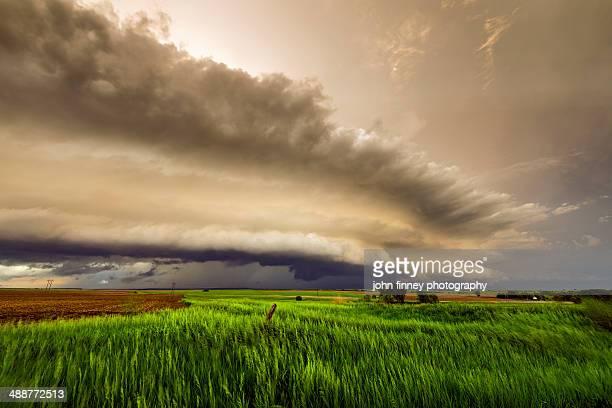 tornadic storm ride cloud, kansas - kansas imagens e fotografias de stock