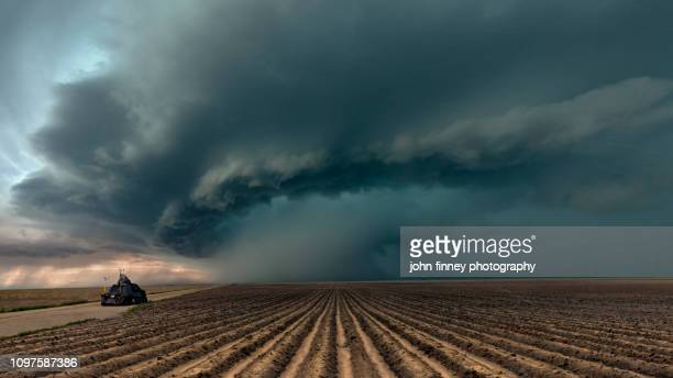 tornado intercept vehicle with a severe thunderstorm, colorado. usa - cielo minaccioso foto e immagini stock