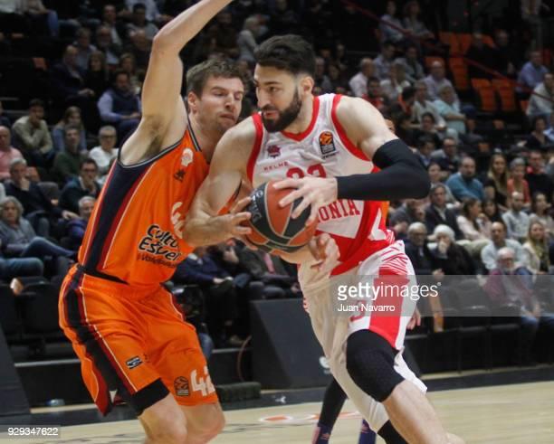 Tornike Shengelia #23 of Baskonia Vitoria Gasteiz competes with Aaron Doornekamp #42 of Valencia Basket during the 2017/2018 Turkish Airlines...