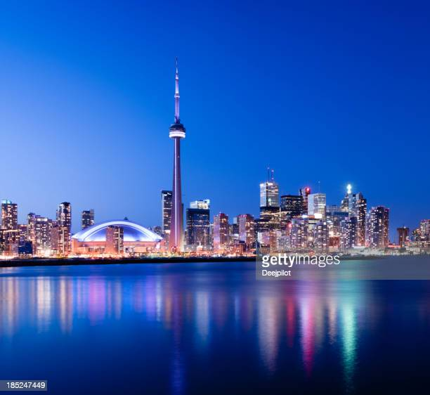 toronto city skyline at night canada - cn tower stock pictures, royalty-free photos & images